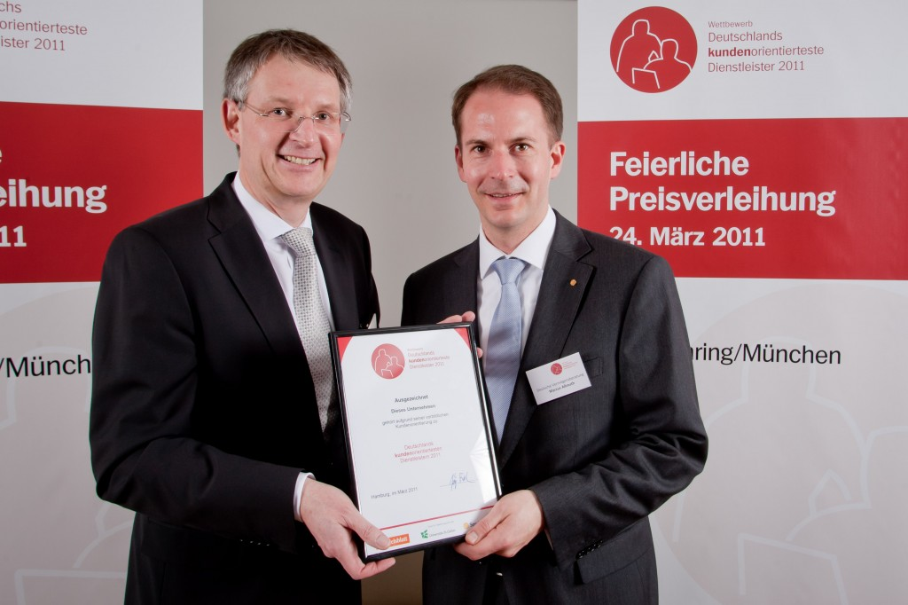 Direktionsleiter Jörn Schuch und Abteilungsdirektor Marcus Aßmuth bei der Preisverleihung